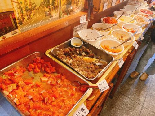 根室食堂 J札幌R店のバットに入ったマグロやカツオ、サーモン