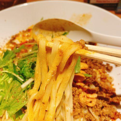 175°DENOの担担麺の麺を箸で持った