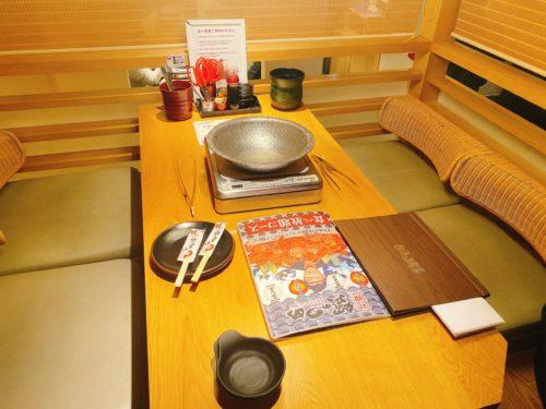 蟹のつめの個室テーブル席の中