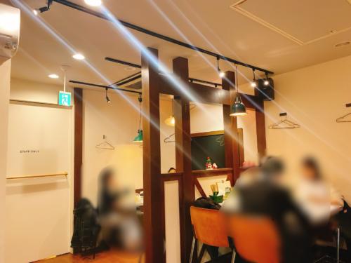 札幌の『点と線』狸小路店の店内 テーブル席