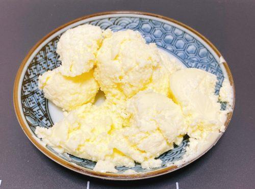 皿に乗った手作りバター