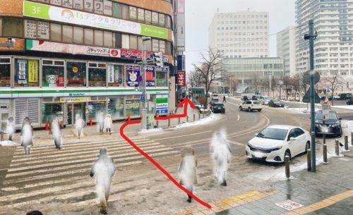 札幌駅北口前の横断歩道を進む