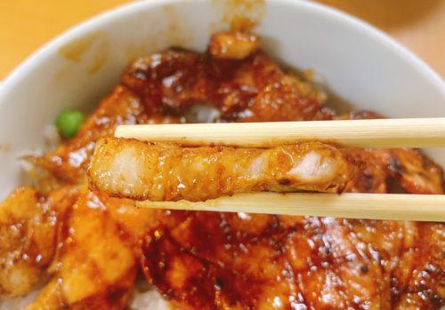 ぱんちょうの豚丼の肉を箸で持った