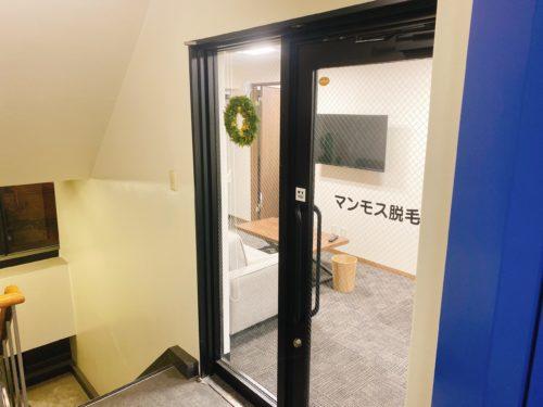 エレベーターの入口から見たマンモス脱毛の入口