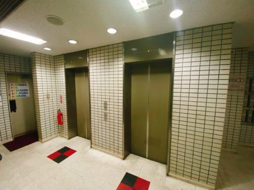 第2コンタクトオフビルのエレベーター前