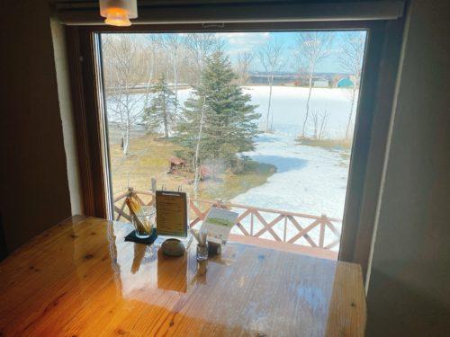 ハーベストの2階テーブル席から見る窓からの風景