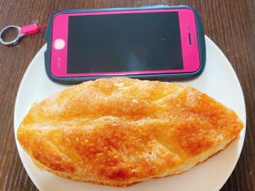 りんごの葉っぱとiPhone11を並べる