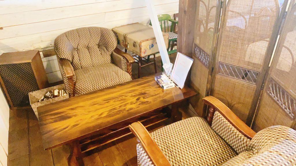 うまごやカフェのソファー席