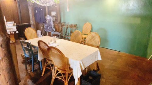 うまごやカフェの1階のテーブル席