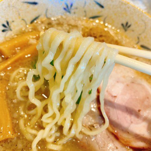 ふじやの味噌ラーメンの麺を箸で持った