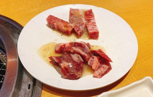 焼肉きんぐの焼く前の肉がさらに乗っている