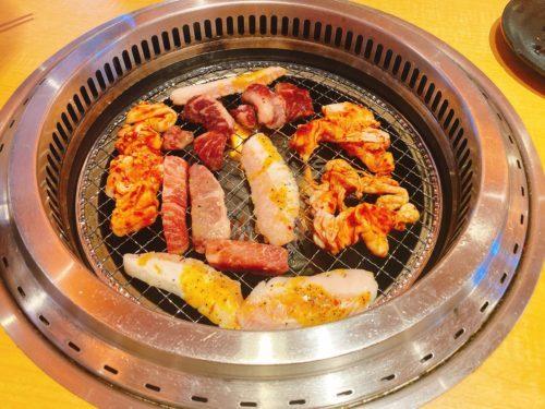 焼肉の炉で色んな肉を焼いている