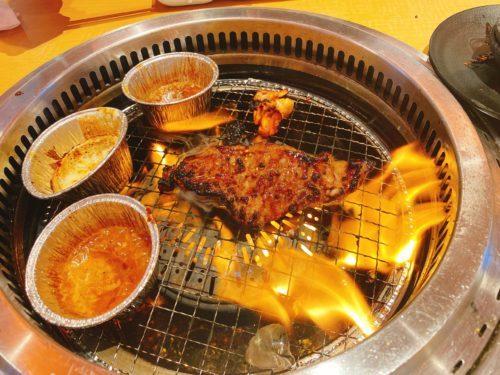 焼き台で火がボーボーで焼肉を焼いている