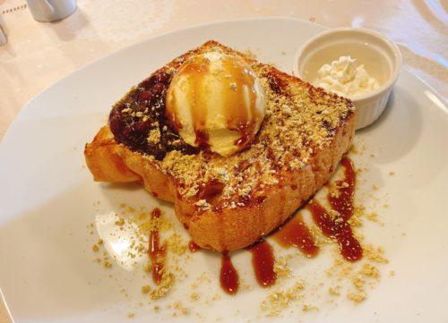 トーストの上にアイスときな粉と黒蜜がかかった小倉トースト