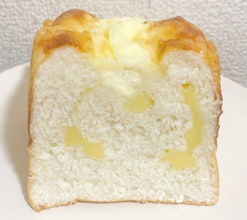 あんびしゃすのチーズパンを半分に切った